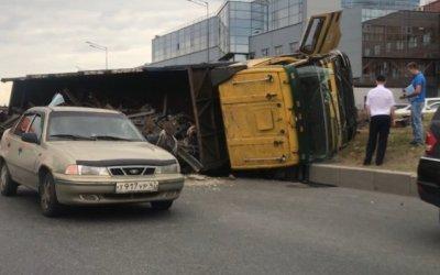В Санкт-Петербурге перевернулся грузовик с металлоломом