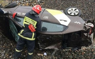 В Мурманске опрокинулся автомобиль такси