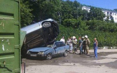 В Саратове неуправляемый автобус врезался в автомобили и сбил пешехода