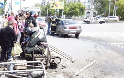 В Челябинске ВАЗ врезался в остановку с людьми: есть пострадавшие