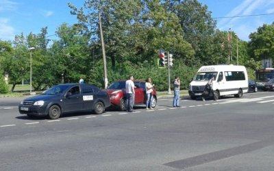 В Петергофе водитель маршрутки протаранил две легковушки