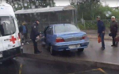 На Петергофском шоссе иномарка врезалась в остановку с людьми