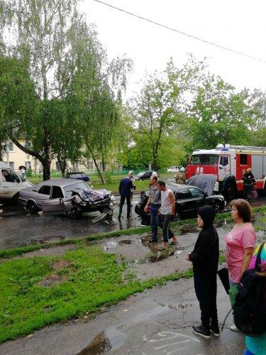 Молодожены попали в аварию в Нижнем Новгороде