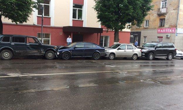 В центре Кирова столкнулись пять автомобилей