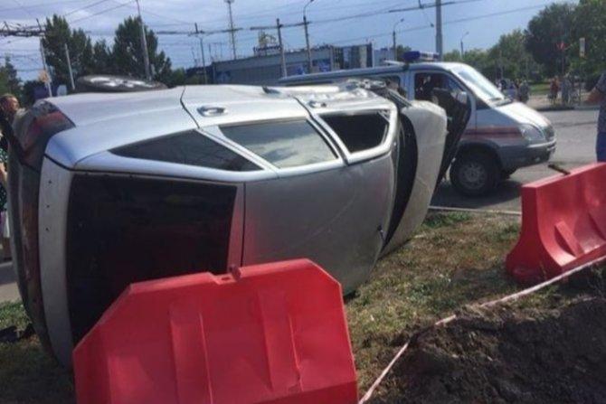 В Балакове после ДТП автомобиль опрокинулся на бок (2)