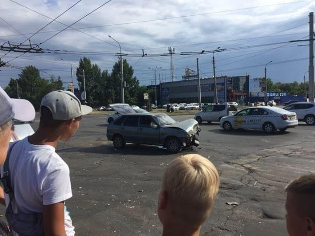 В Балакове после ДТП автомобиль опрокинулся на бок (1)