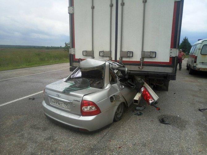 ВТверскойобласти легковушка влетела под фуру – погибли три человека (3)