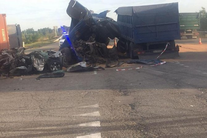 Легковушку зажало между грузовиками на Кубани погибли два человека