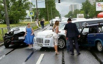 Молодожены попали в ДТП в Петербурге