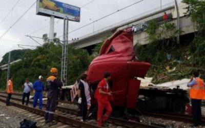 В Сочи фура упала на железнодорожные пути