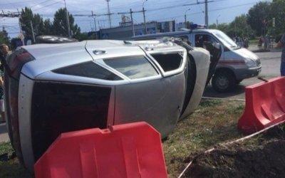 В Балакове после ДТП автомобиль опрокинулся на бок