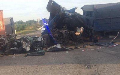 Легковушку зажало между грузовиками на Кубани: погибли два человека