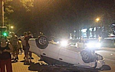 В Ростове после тройного ДТП опрокинулась иномарка