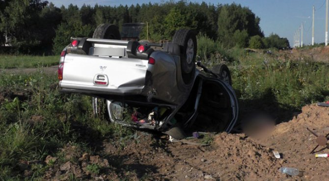 Женщина-водитель погибла в опрокинувшейся машине в Рязанской области (2)