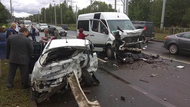 Пять человек пострадали в массовом ДТП в Петербурге