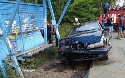 В Ижевске машина сбила подростков на остановке