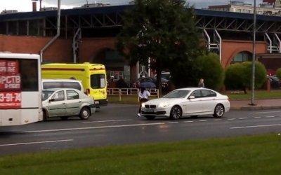 В Петербурге на Искровском проспекте иномарка сбила пешехода