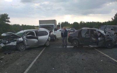 В массовом ДТП под Саратовом один человек погиб и шестеро пострадали