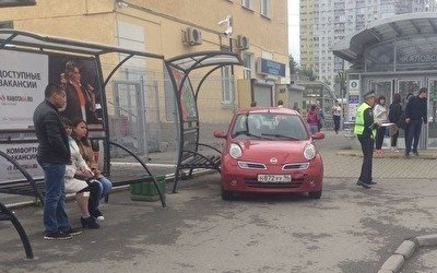 В Екатеринбурге иномарка влетела в остановку с людьми