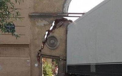 В Петербурге фура снесла арку XIX века