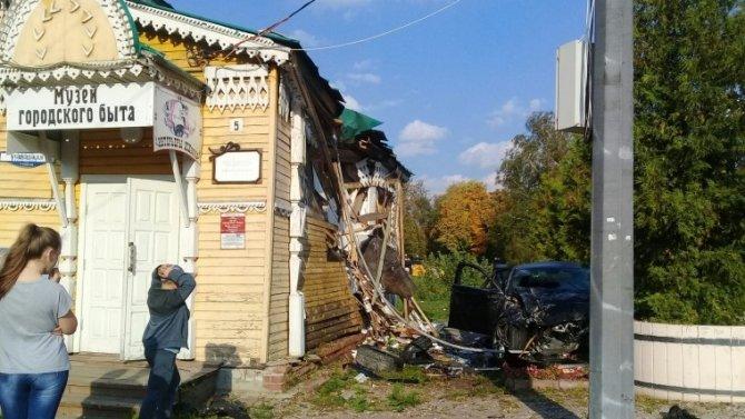 """В Угличе """"Мерседес"""" врезался в здание старого деревянного музея 2"""