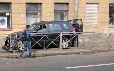 Автомобиль сбил женщину на тротуаре в Петербурге
