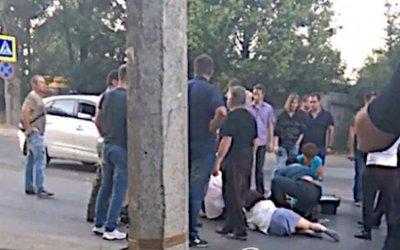 В Ростове автомобиль сбил беременную женщину и трехлетнего ребенка