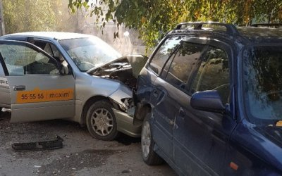 В Барнауле в ДТП с такси пострадали двое