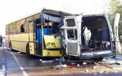 13 человек погибли в ДТП с микроавтобусом под Тверью