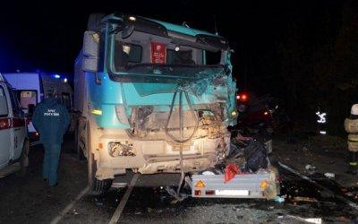 Под Чебоксарами погибло 13 человек в результате столкновения микроавтобуса и грузовика