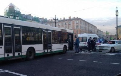 В Петербурге два человека пострадали в ДТП с автобусом