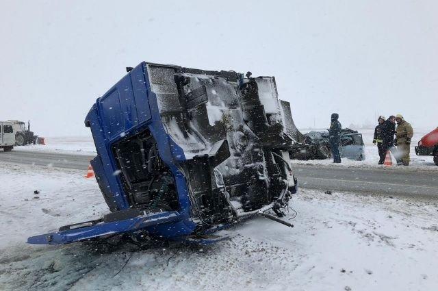 Пять человек погибли в ДТП с грузовиком в Оренбургской области