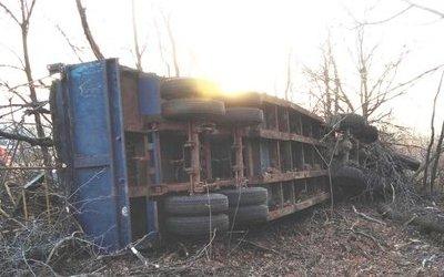В Грачевском районе погиб водитель опрокинувшегося КамАЗа