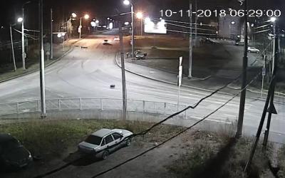 В Петрозаводске автомобиль врезался в столб и загорелся