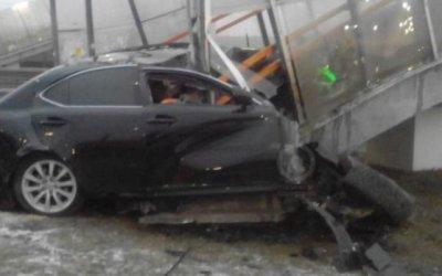 В Подмосковье Lexus врезался внадземный переход