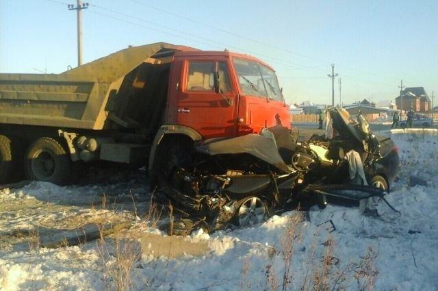 В Орске КамАЗ раздавил легковушку – погиб человек (2)