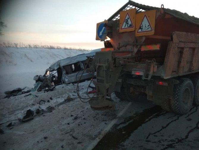 Водитель микроавтобуса погиб в ДТП со снегоуборочным КамАЗом в Новосибирской области