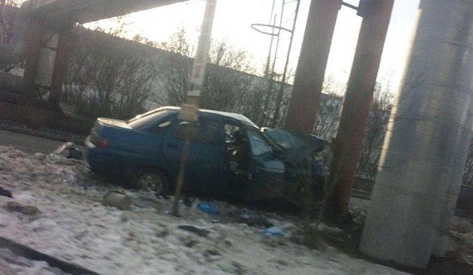 В Челябинске ВАЗ врезался в опору теплотрассы – погиб человек