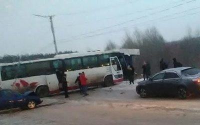 В Кузбассе автобус сбил 15-летнюю девочку и врезался в автомобили