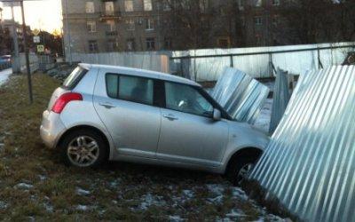 В Санкт-Петербурге хэтчбэк Suzuki съехал с дороги в врезался в забор