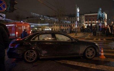 В Петербурге на Невском проспекте иномарка не успела проскочить на красный и влетела в толпу пешеходов
