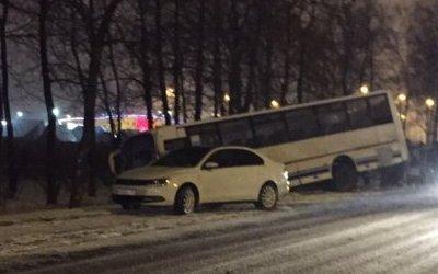 Два человека пострадали в ДТП с автобусом на Таллинском шоссе