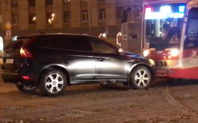 В Петербурге Volvo не захотел пропускать трамвай и устроил лобовое столкновение