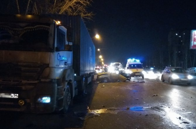 В ДТП с фурой в Новосибирске погибли три человека (2)