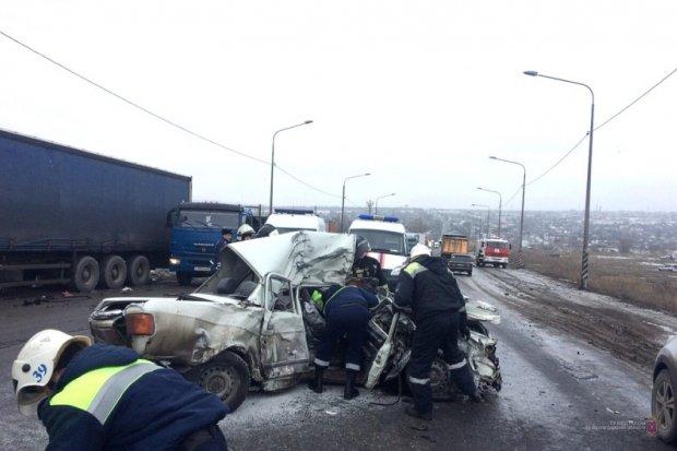 Два человека погибли в ДТП с фурой в Волгограде (3)