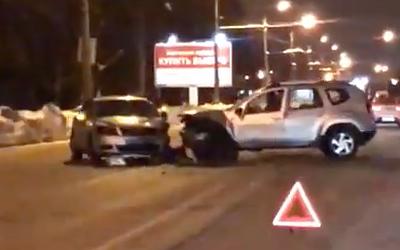 В Петербурге две иномарки устроили лобовое столкновение и перегородили дорогу