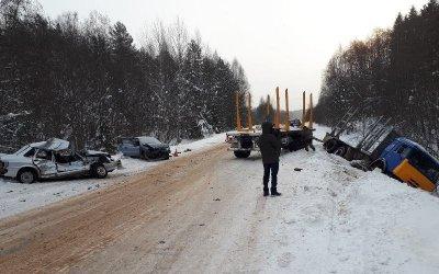 Водитель ВАЗа погиб в ДТП с КамАЗом под Устюгом