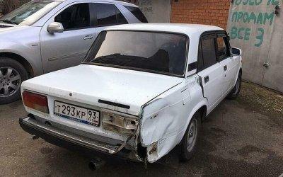 В Краснодаре ВАЗ сбил женщину на тротуаре и уехал