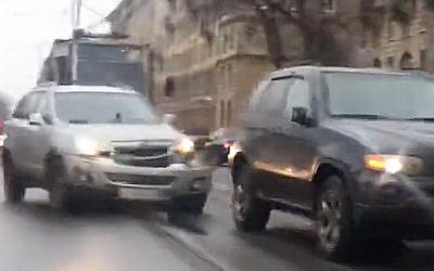 В Петербурге два кроссовера не смогли поделить трамвайные рельсы