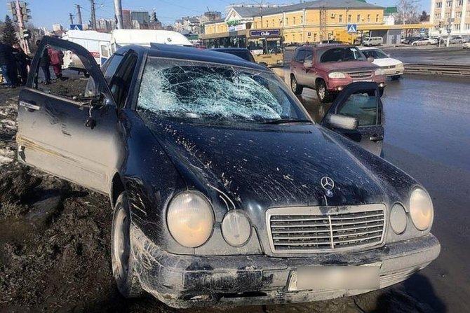 В Барнауле «Мерседес» сбил двух женщин на тротуаре